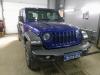 Jeep Wrangler ustanovka usilitelia-processora i sabvufera