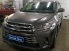 Toyota Highlander ustanovka signalov Hella i setki v bamper