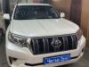 Toyota Land Cruiser Prado ustanovka signalov Hella, setki v bamper i bronirovanie pod ruchkami dverei