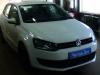 Volkswagen Polo ustanovka golovnogo ustroistva i kameri zadnego vida