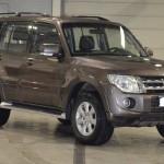 Установка пневматических упоров капота на ам Mitsubishi Pajero