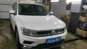 Volkswagen Tiguan установка головного устройства и камеры заднего вида 1